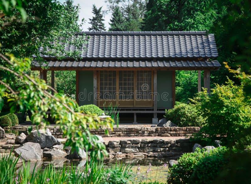 Традиционный японский дом в саде на солнечный день стоковое изображение