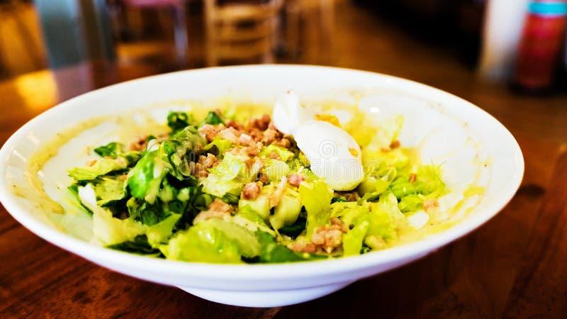 Традиционный cesar салат с вареными яйцами стоковая фотография