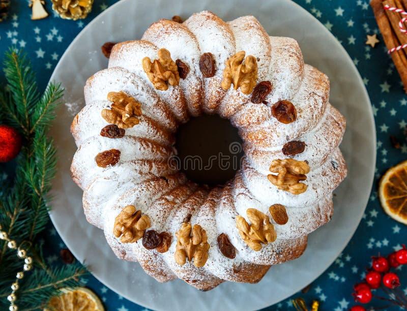 Традиционный fruitcake для рождества украшенный с напудренным сахаром и гайками, изюминками Печенье Delicioius домодельное Новый  стоковые фотографии rf