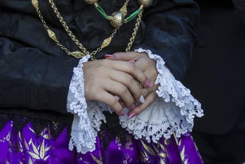 Традиционный Sardinian женский костюм стоковые изображения rf