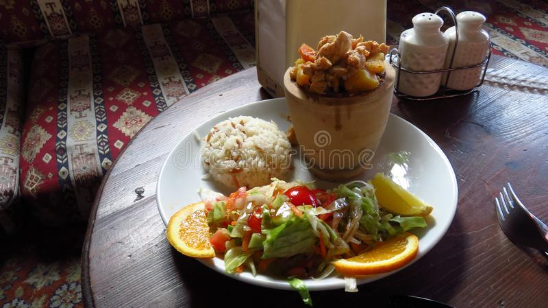 Традиционный Turkish Testi Kebab с цыпленком на ресторане стоковые фото