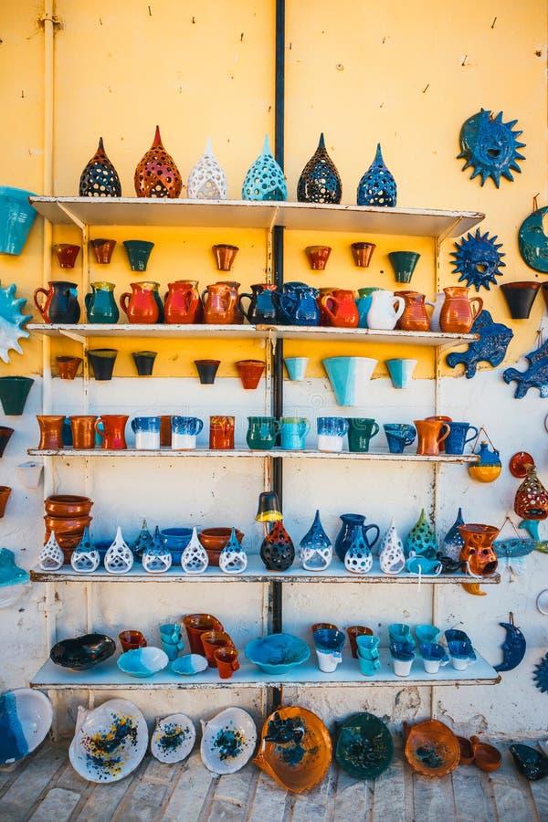 Традиционным блюда покрашенные критянином керамические стоковая фотография