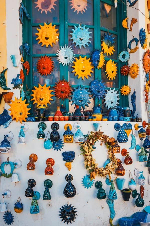 Традиционным блюда покрашенные критянином керамические стоковое изображение