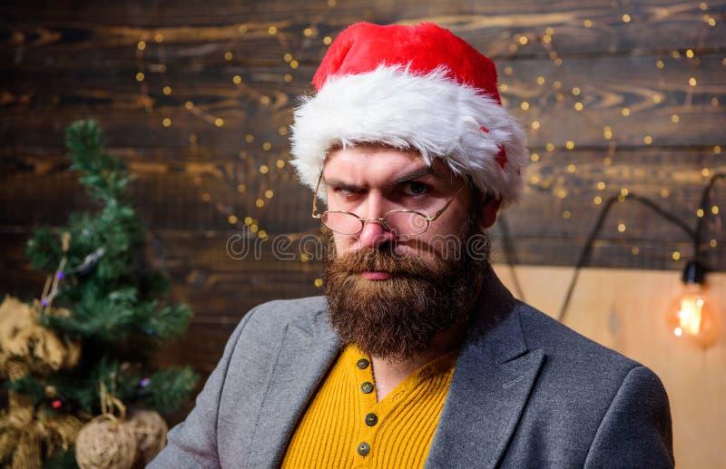 Традиция рождества Концепция атрибутов Санта Клауса Серьезный усик бороды человека играя роль santa Человек бородатый зреет стоковое изображение