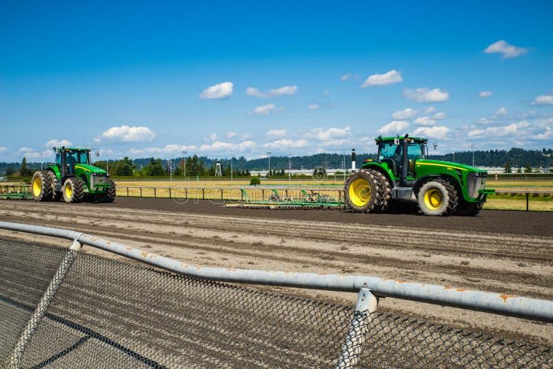Тракторы на следе скачек стоковые фотографии rf