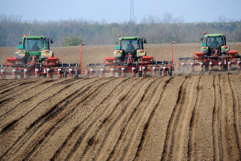 Тракторы фермы засаживая поле стоковые изображения rf