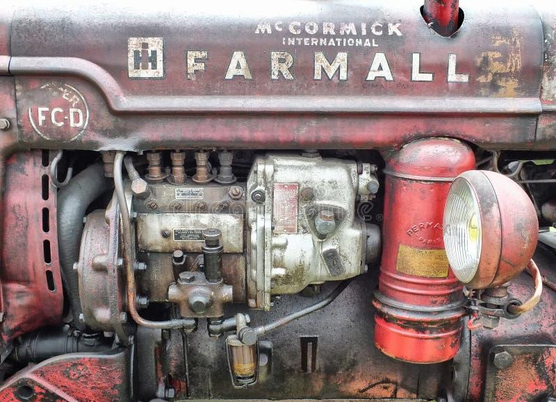 трактор винтажного farmall красный показывая детали и ржавчину двигателя стоковое фото rf