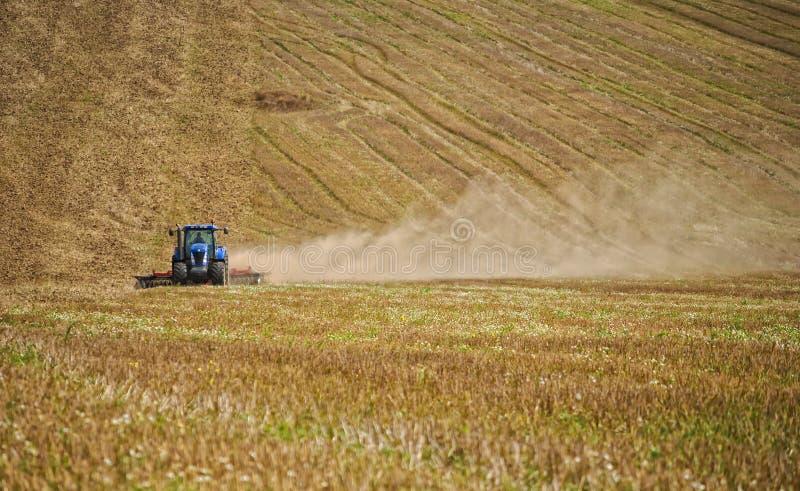 Трактор в поле стоковое изображение rf