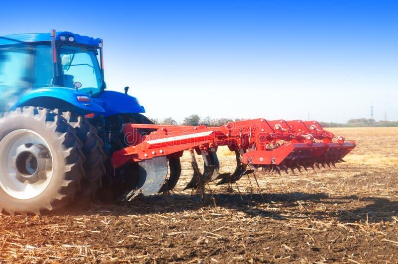 Трактор в поле, день осени солнечный стоковое фото rf