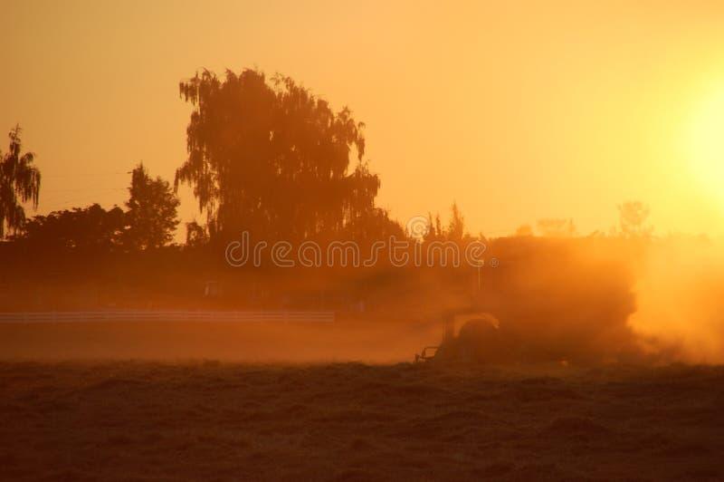 трактор захода солнца стоковая фотография