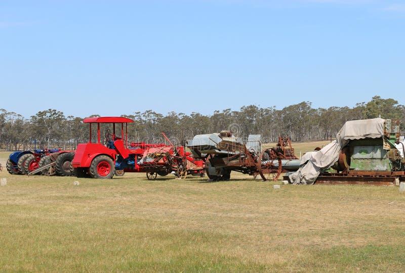 Трактор и двигатель Dunolly винтажный вновь собираются, придержанный на старом ипподроме, хозяйничали много исторических двигател стоковая фотография rf