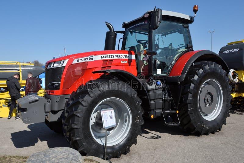 Трактор и логотип Massey Ferguson стоковое изображение rf