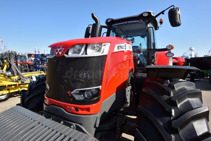 Трактор и логотип Massey Ferguson стоковые фотографии rf