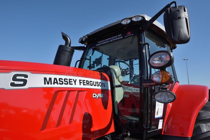 Трактор и логотип Massey Ferguson стоковые изображения rf
