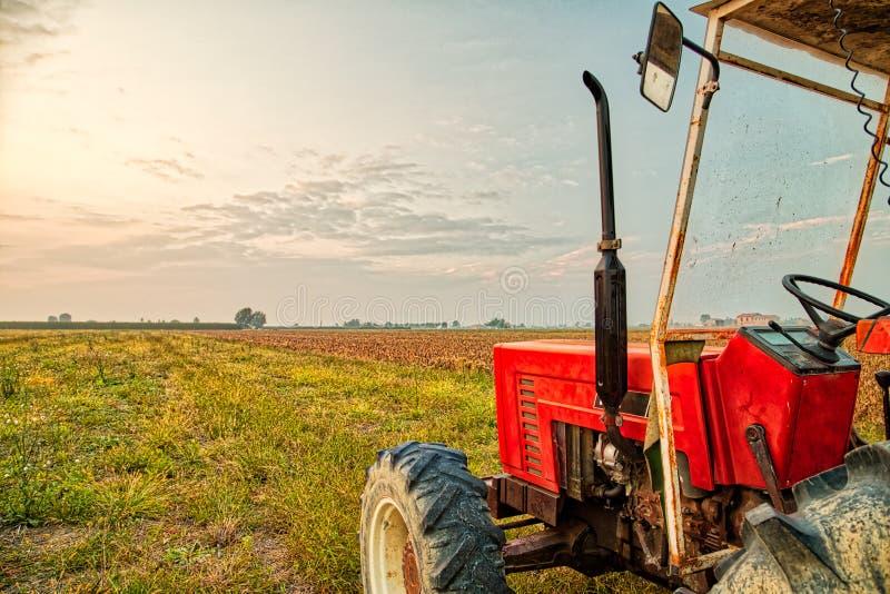 трактор и сжатая земля стоковая фотография