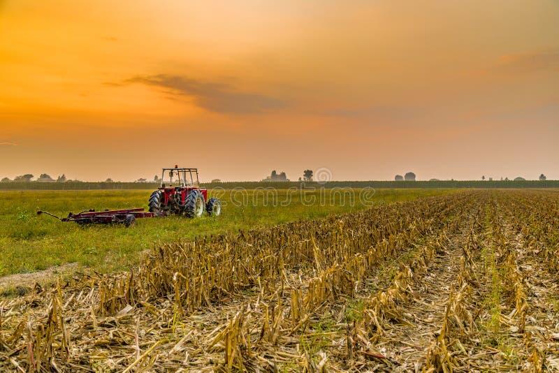 трактор и сжатая земля стоковое изображение