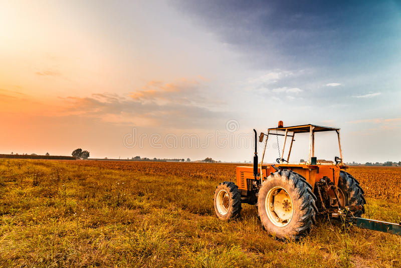 трактор и сжатая земля стоковые фото