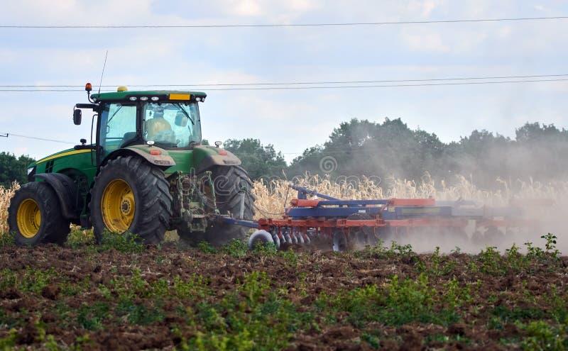 Трактор мучительный поле стоковые фото