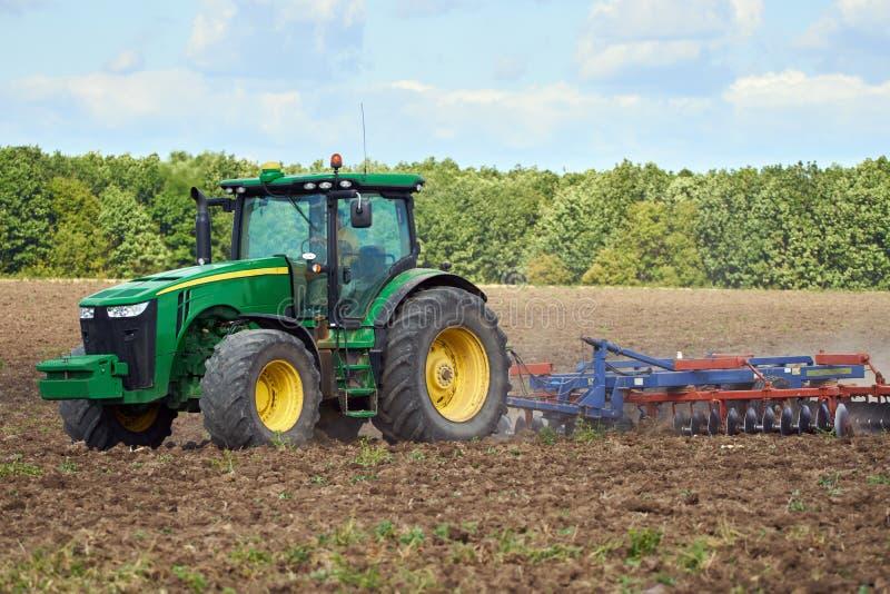 Трактор мучительный поле стоковое изображение