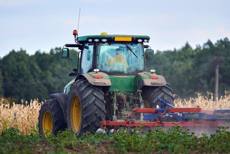 Трактор мучительный поле стоковые фотографии rf