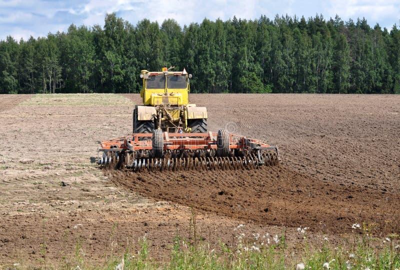 Трактор отпускает землю стоковые фотографии rf