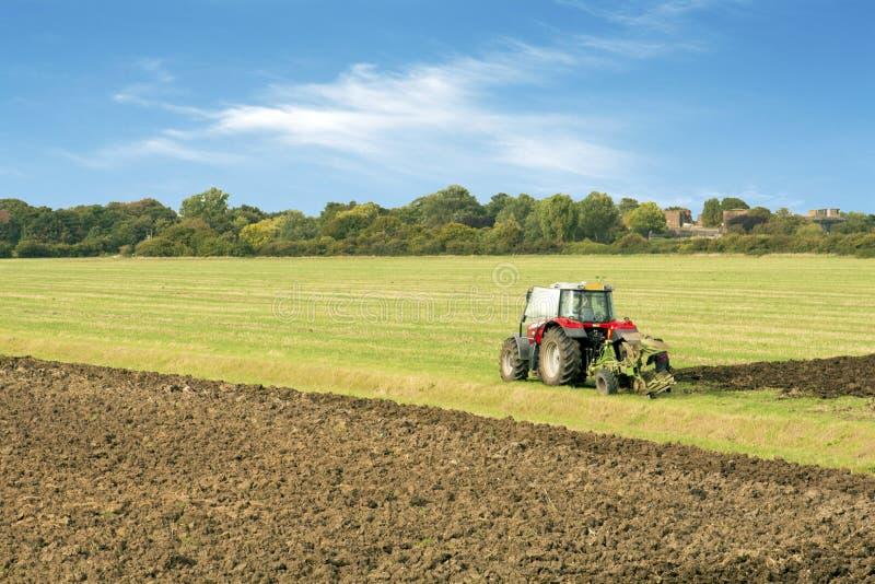Трактор паша поле essex Великобританию стоковые изображения rf