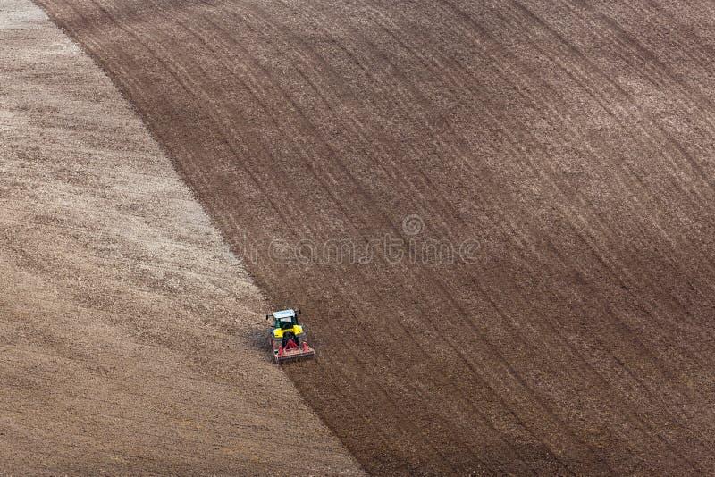 Трактор паша поле стоковые фото