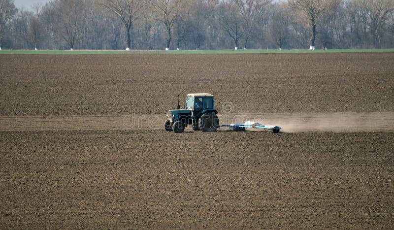 Трактор подготавливает почву для засевать аграрные урожаи стоковая фотография