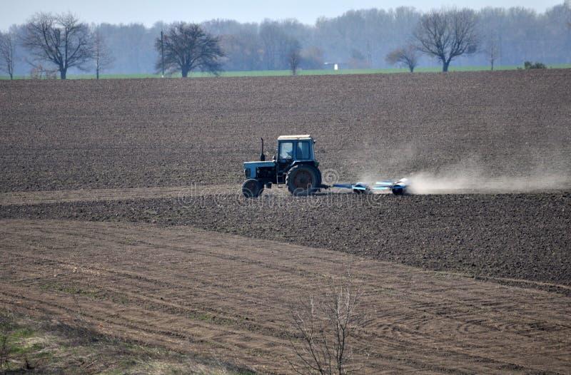 Трактор подготавливает почву для засевать аграрные урожаи стоковая фотография rf