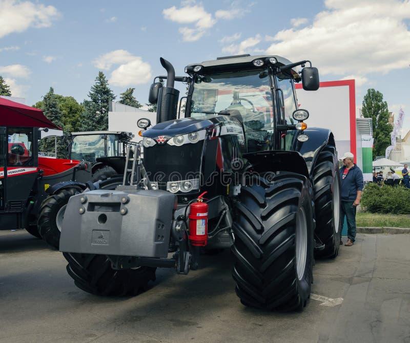 Трактор представил на XXX международное Агро-промышленное Exhib стоковые фотографии rf
