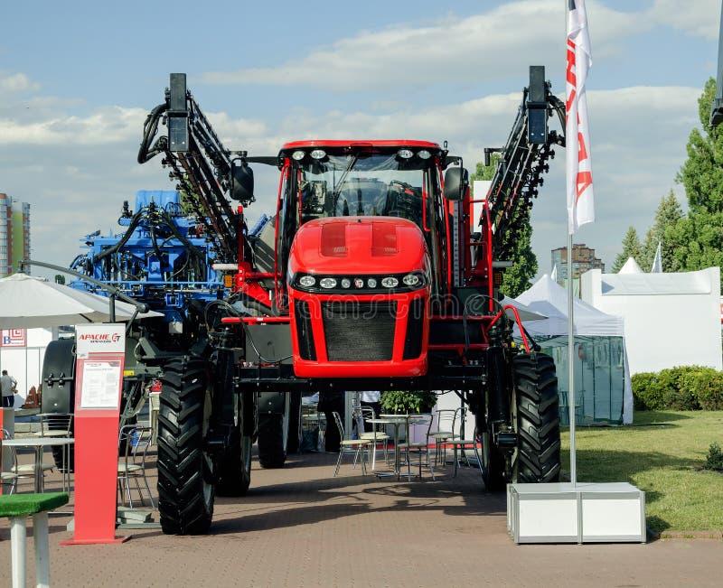 Трактор представил на XXX международное Агро-промышленное Exhib стоковое изображение