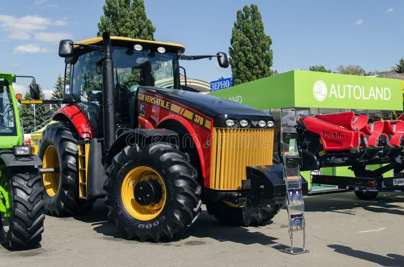 Трактор представил на XXX международное Агро-промышленное Exhib стоковое изображение rf
