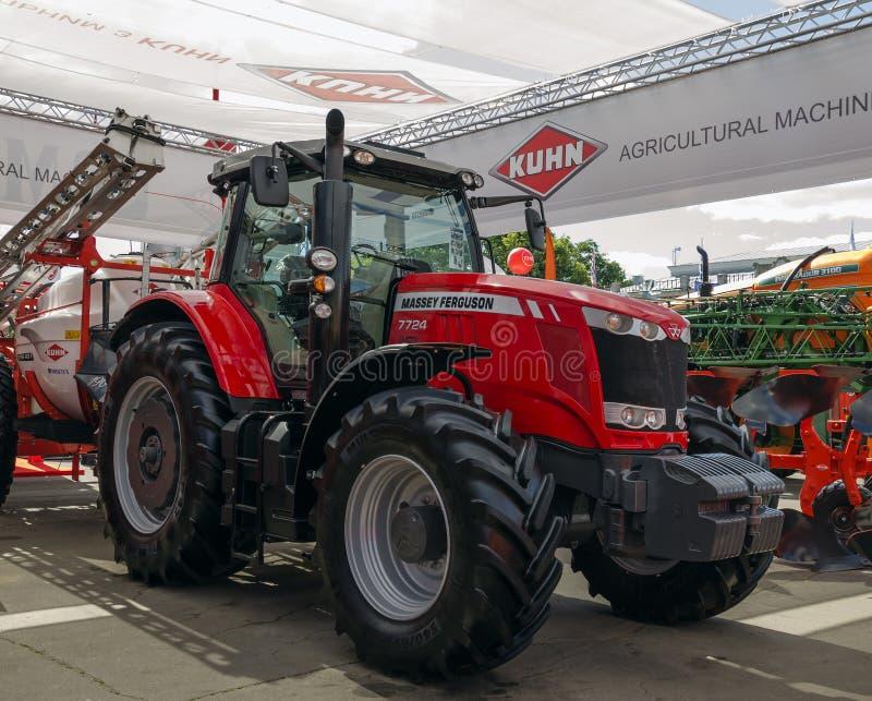 Трактор представил на XXX международное Агро-промышленное Exhib стоковая фотография rf