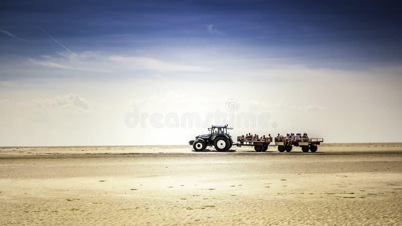 Трактор с детьми на пляже стоковые изображения