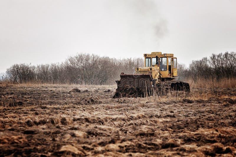 Трактор с землей стоковые фото