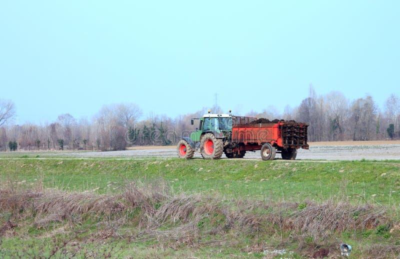 трактор с тележкой позема стоковое изображение rf