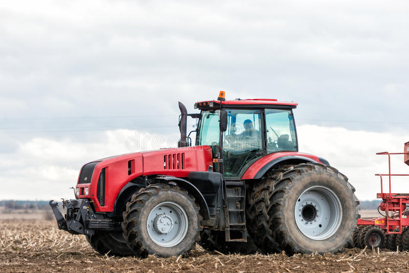 Трактор фермера работая в поле Время весны для засевать стоковая фотография rf