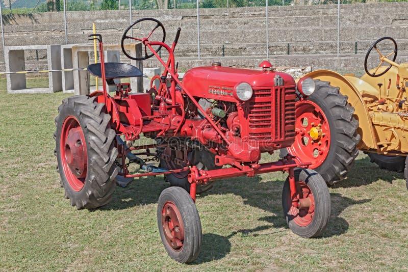 трактор farmall старый стоковое изображение rf
