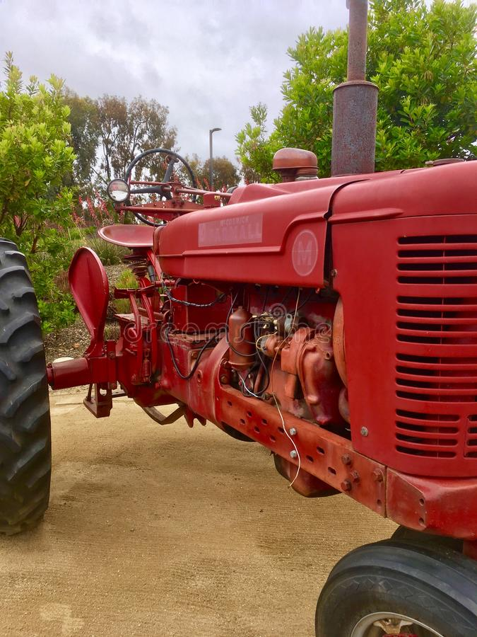 Трактор Farmhall красный стоковое изображение rf
