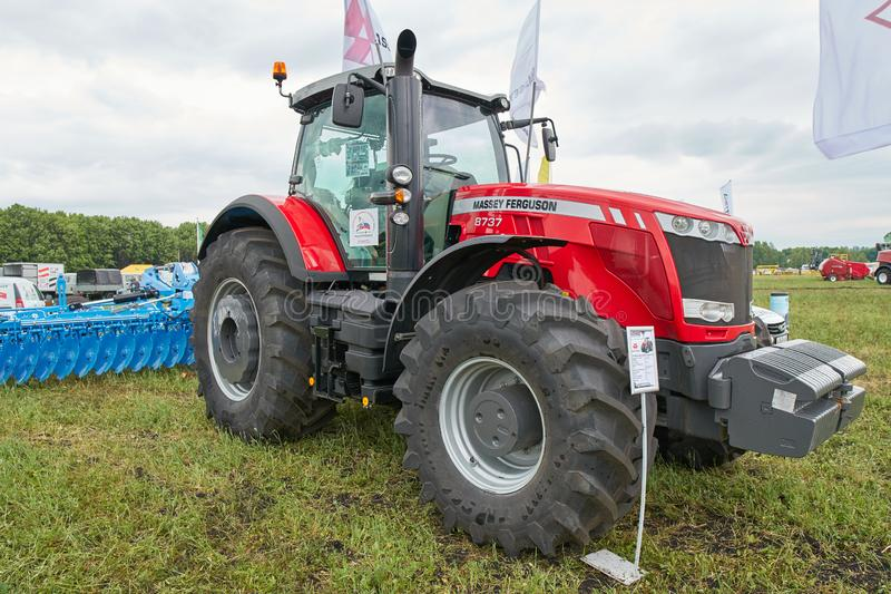Трактор Massey Ferguson 8737 стоковые изображения rf