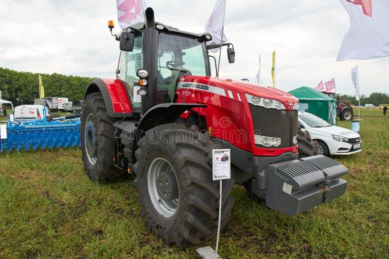 Трактор Massey Ferguson 8737 стоковые фотографии rf