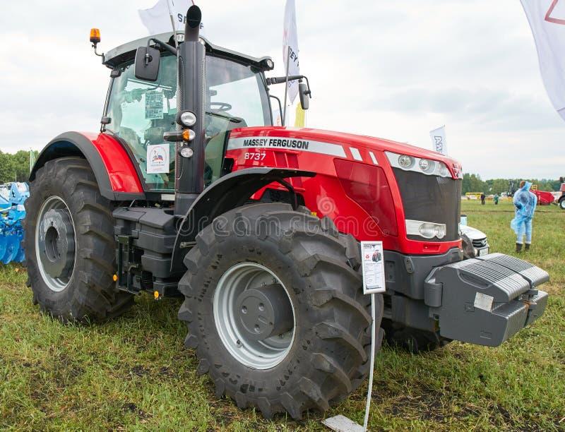 Трактор Massey Ferguson 8737 стоковое фото rf