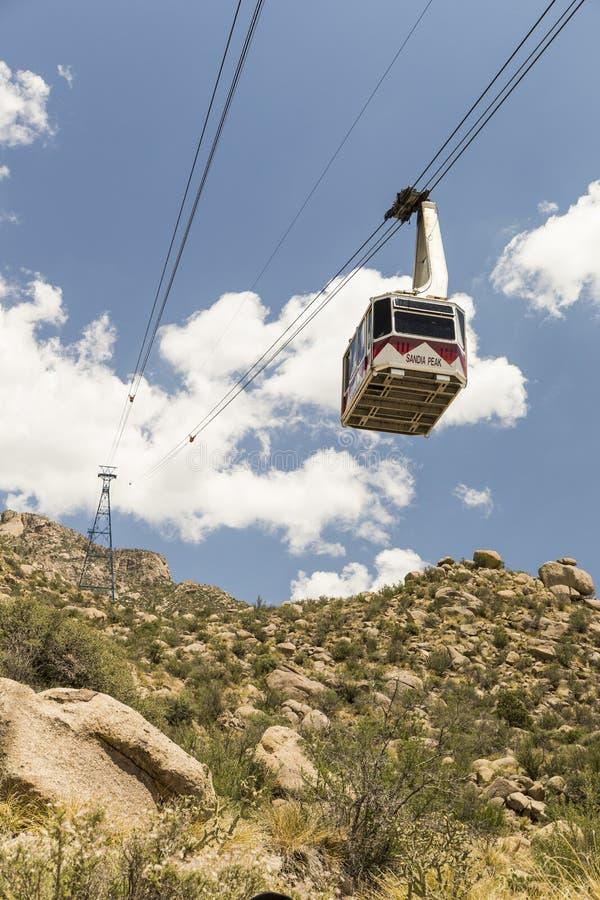 Трамвайная линия в Альбукерке, Неш-Мексико пика Сандии стоковое изображение