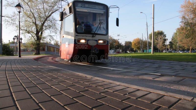 Трамвайная линия Москвы двигает вдоль парка видеоматериал