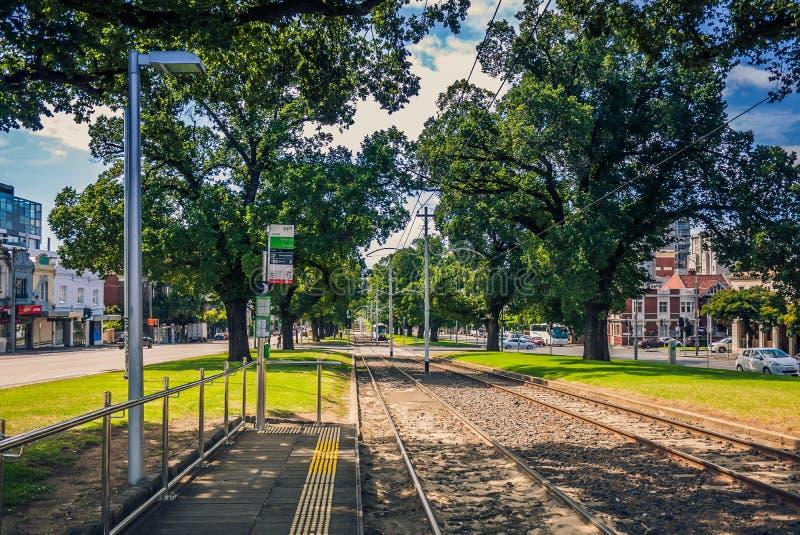 Трамвайная остановка на прямой железной дороге стоковые фотографии rf
