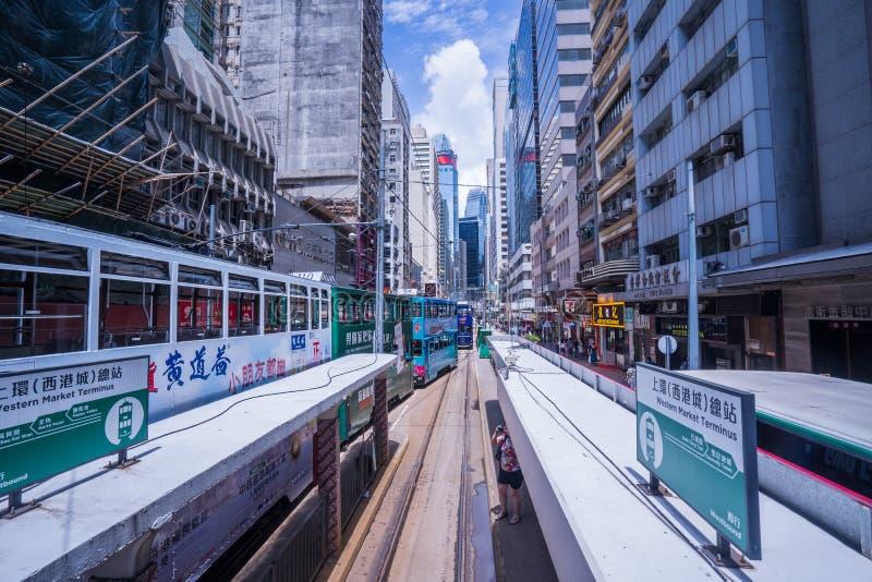 Трамвайные линии Гонконга, трамваи ` s Гонконга бегут в 2 направлениях -- пассажиры востока и западных полагаются назад как трамв стоковое изображение rf
