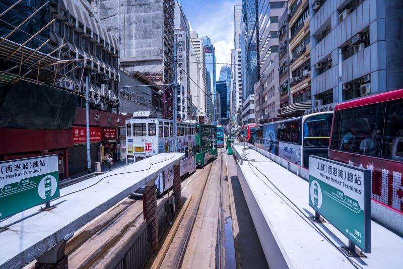 Трамвайные линии Гонконга, трамваи ` s Гонконга бегут в 2 направлениях -- пассажиры востока и западных полагаются назад как трамв стоковое изображение