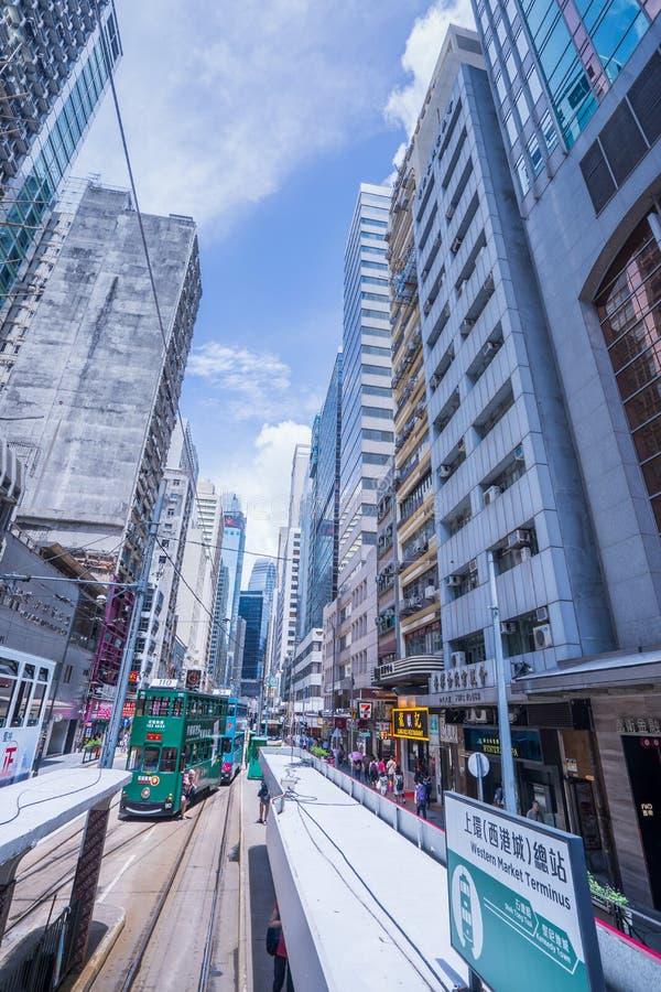 Трамвайные линии Гонконга, трамваи ` s Гонконга бегут в 2 направлениях -- пассажиры востока и западных полагаются назад как трамв стоковые фотографии rf