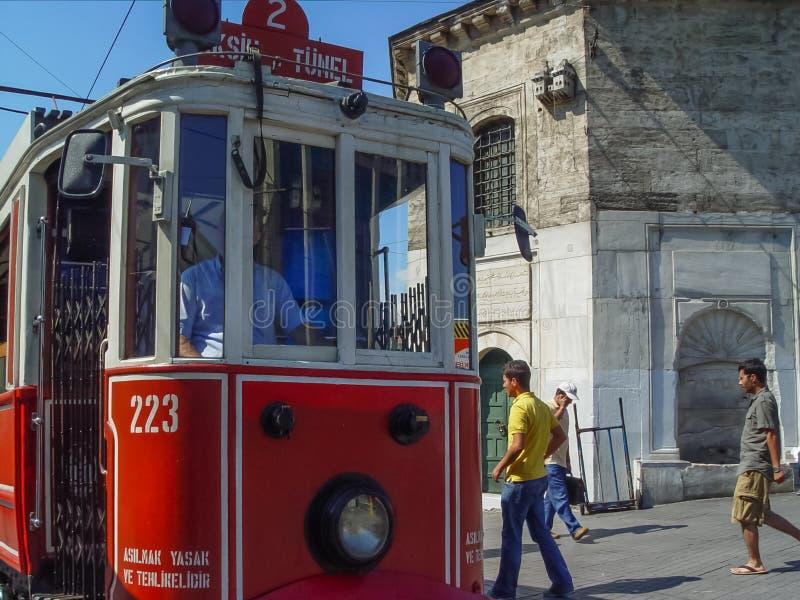 Трамвай двигает вдоль занятой улицы Istiklal в Стамбуле стоковая фотография rf