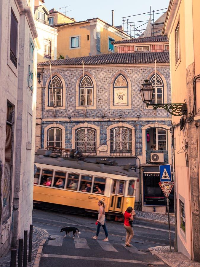 Трамвай в Лиссабоне идя гористый стоковое фото rf